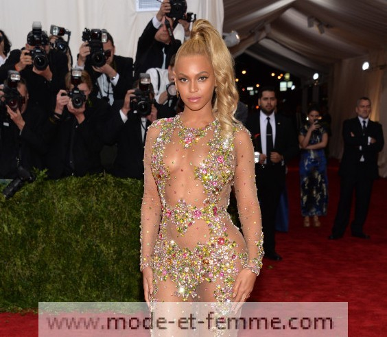 Robes transparentes sur le tapis rouge