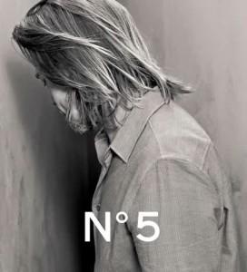 Brad Pitt de dos pour Chanel N°5