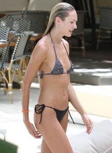 Maillot de bain de Candice Swanepoel en vacances