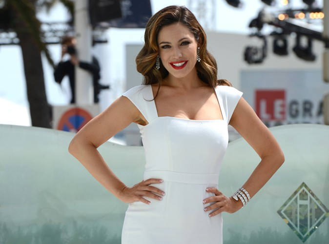 Kelly Brook sexy en robe moulante à Cannes