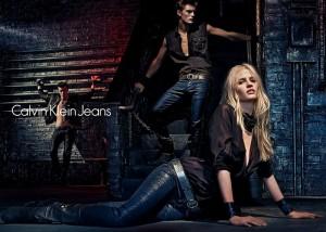 Lara Stone sexy pour Calvin Klein Jeans Automne 2012