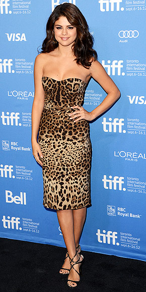 Selena Gomez sexy en robe léopard à Toronto