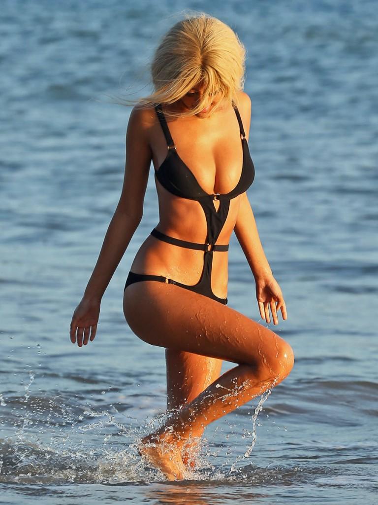 Zahia en trikini à Malibu