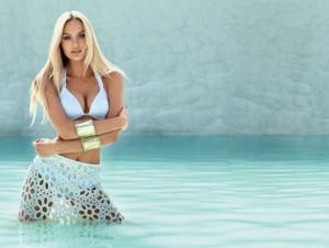 Candice Swanepoel sexy en maillot
