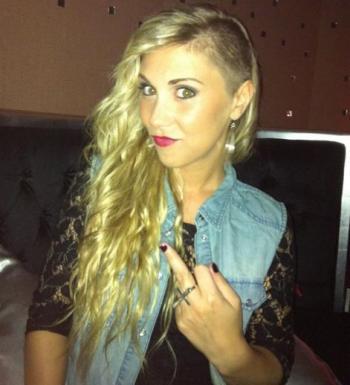 nouvelle coiffure de Justine l'Amour est dans le pré