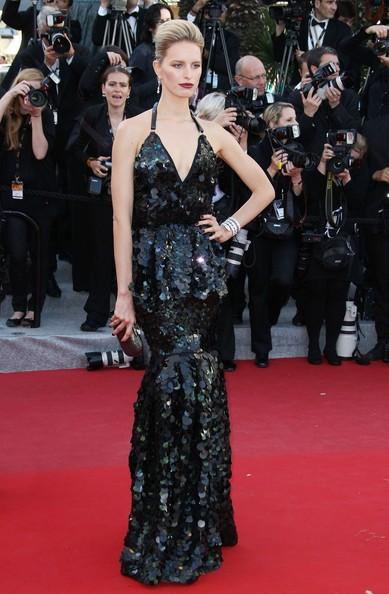 Karolina Kurkova en robe noire sexy