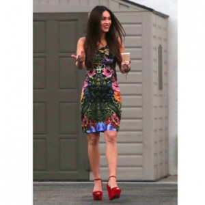 Megan Fox enceinte en robe moulante