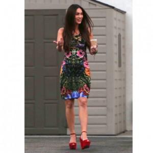 Megan Fox enceinte en robe moulante