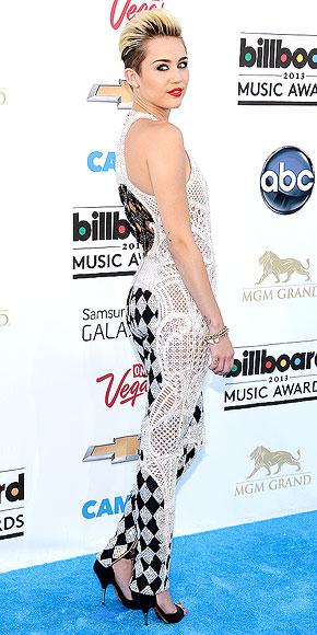 Combinaison damier en crochet Balmain de Miley Cyrus au Bilboard Music Awards