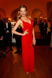 Quelle couleur de vernis avec une robe rouge