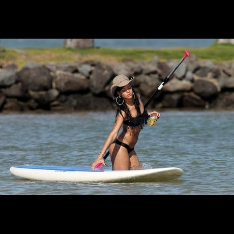 Rihanna en bikini noir