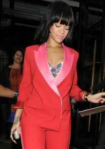 Rihanna en smoking rouge