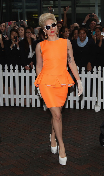 robe orange de Lady Gaga