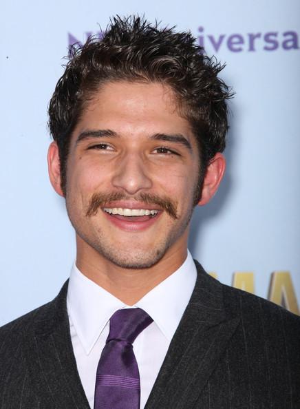 Tyler Posey avec moustache